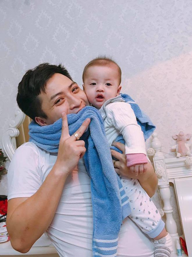 Ông bố của năm: Đội Việt Nam chiến thắng, đứng cắn chăn không dám hô to sợ con tỉnh giấc-1