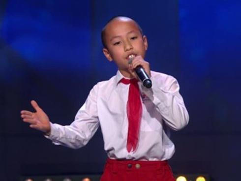 Cậu bé gốc Việt đeo khăn quàng đỏ, mặc đồng phục gây sốt tại Got Talent Thụy Điển