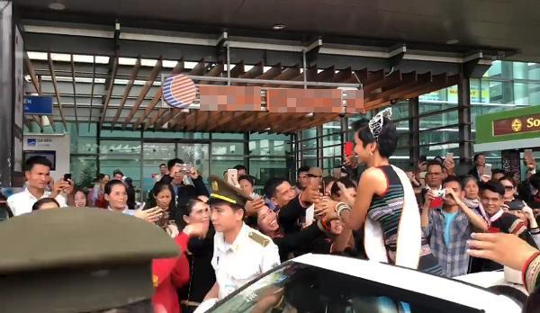 H'Hen Niê được buôn làng chào đón ngày trở về quê hương