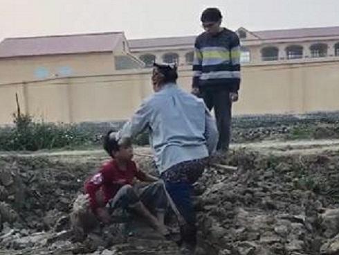 Cậu bé bẻ trộm ngô bị người phụ nữ cùng con trai đánh liên tiếp vào mặt và người