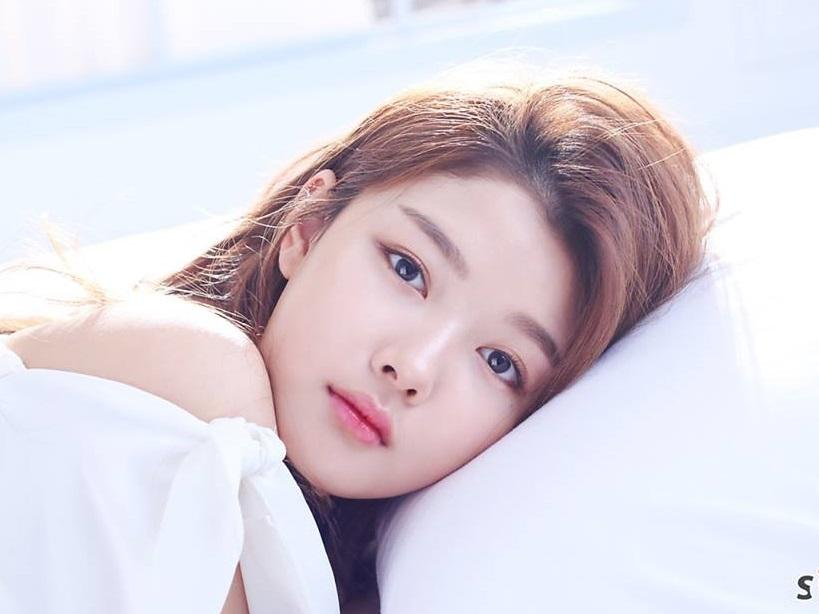 Sao Hàn 22/1: 'Mây họa ánh trăng' Kim Yoo Jung ngày càng xinh đẹp quyến rũ