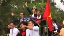 THÚ VỊ: Clip hoa hậu H'Hen Niê diễu hành bằng xe công nông giữa buôn làng Ê Đê