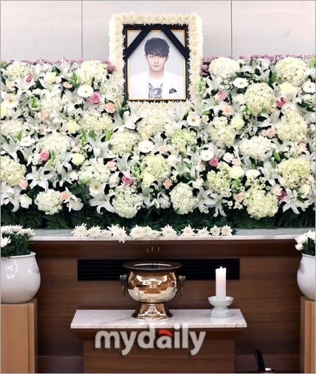 Di ảnh em trai Ha Ji Won tràn sức sống trong đám tang quá lặng lẽ-1