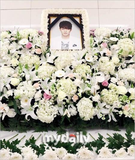 Di ảnh em trai Ha Ji Won tràn sức sống trong đám tang quá lặng lẽ-6