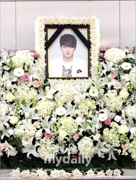 Di ảnh em trai Ha Ji Won tràn sức sống trong đám tang quá lặng lẽ-4