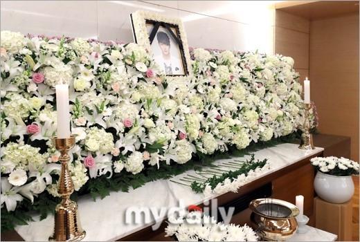 Di ảnh em trai Ha Ji Won tràn sức sống trong đám tang quá lặng lẽ-2