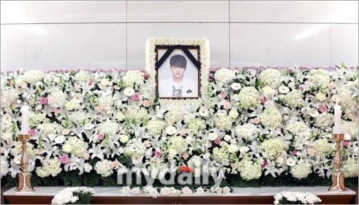 Di ảnh em trai Ha Ji Won tràn sức sống trong đám tang quá lặng lẽ-3