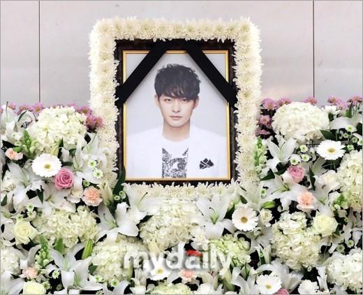 Di ảnh em trai Ha Ji Won tràn sức sống trong đám tang quá lặng lẽ-5