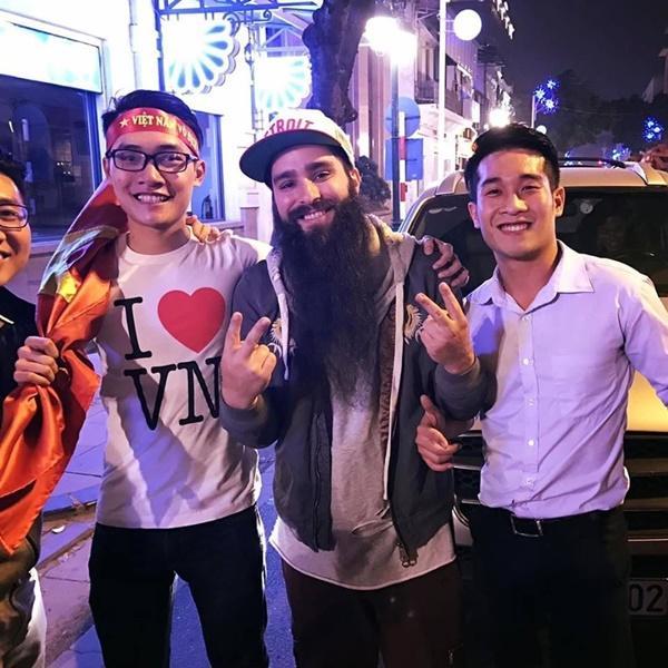 Sau sự cố bị tấn công ở quán bar, đạo diễn phim Kong đưa gia đình về thăm Việt Nam-2