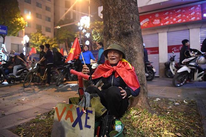 Hai chàng trai mượn tạm cờ đi cổ vũ U23 Việt Nam và lời hứa trả lại-3