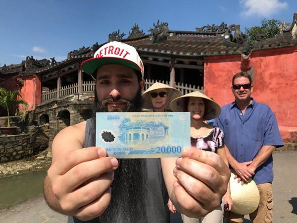 Sau sự cố bị tấn công ở quán bar, đạo diễn phim Kong đưa gia đình về thăm Việt Nam-3