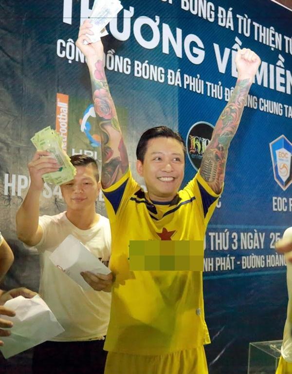 Khi mỹ nam showbiz Việt diện quần đùi, áo số ra sân chất phát ngất chẳng kém cạnh U23 Việt Nam-6