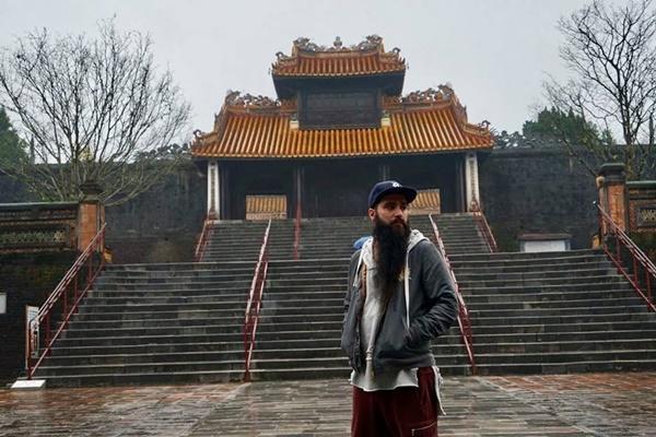 Sau sự cố bị tấn công ở quán bar, đạo diễn phim Kong đưa gia đình về thăm Việt Nam-6