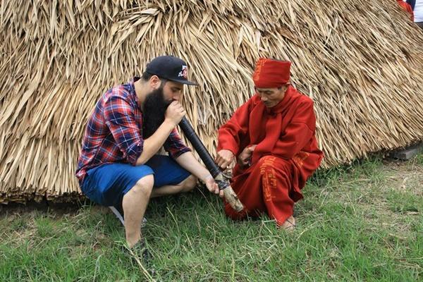Sau sự cố bị tấn công ở quán bar, đạo diễn phim Kong đưa gia đình về thăm Việt Nam-7