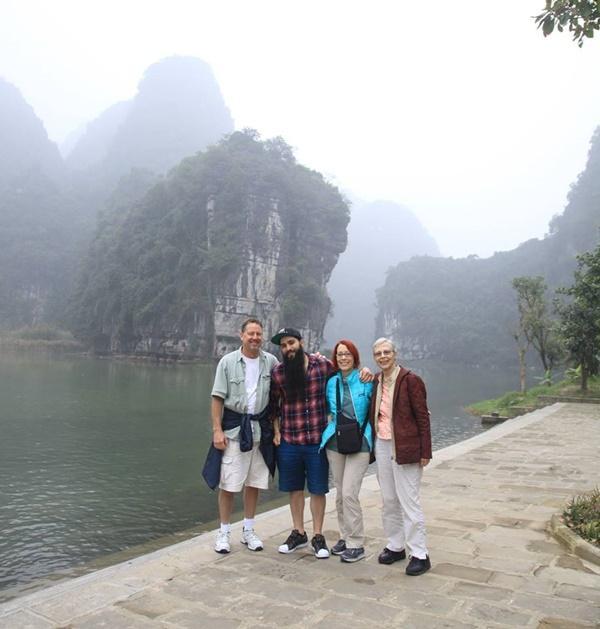 Sau sự cố bị tấn công ở quán bar, đạo diễn phim Kong đưa gia đình về thăm Việt Nam-8