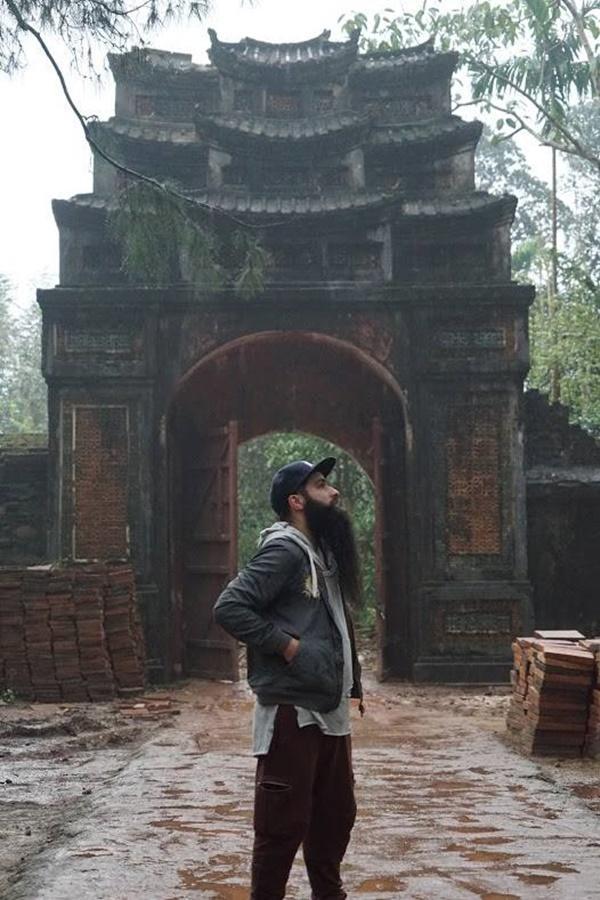 Sau sự cố bị tấn công ở quán bar, đạo diễn phim Kong đưa gia đình về thăm Việt Nam-9
