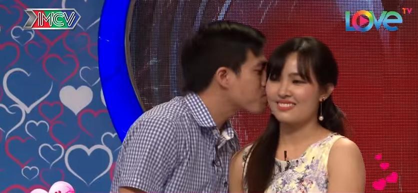 Choáng vì cô gái xinh ngoài mong đợi, anh chàng quyết định trao chiếc vòng cầu hônngay trong Bạn muốn hẹn hò-12