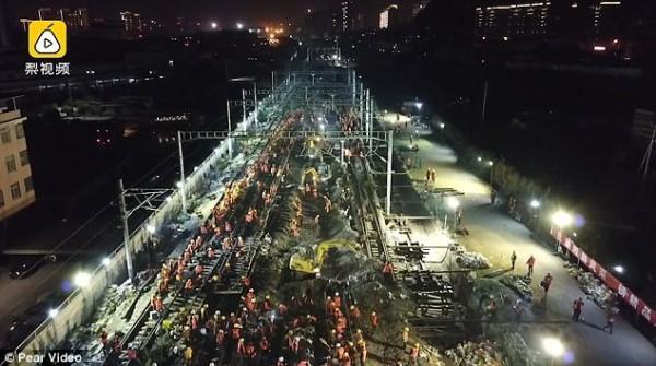 Chóng mặt: Công nhân Trung Quốc xây đường sắt mới chỉ trong 9 tiếng-1