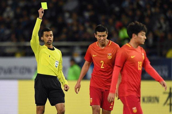 Dân mạng bức xúc trước tình huống bắt phạt ở chấm 11 mét của trọng tài người Singapore-1