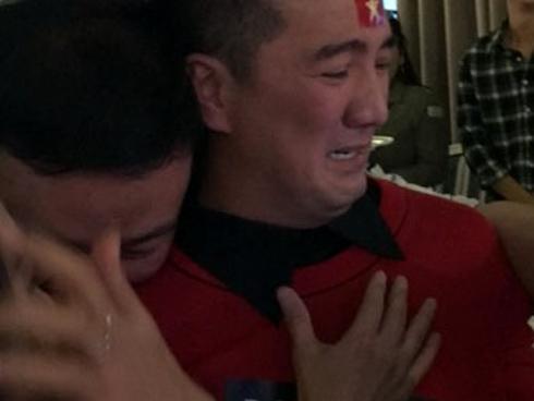Mr Đàm dừng cả họp báo và khóc mếu máo khi U23 Việt Nam thắng Qatar