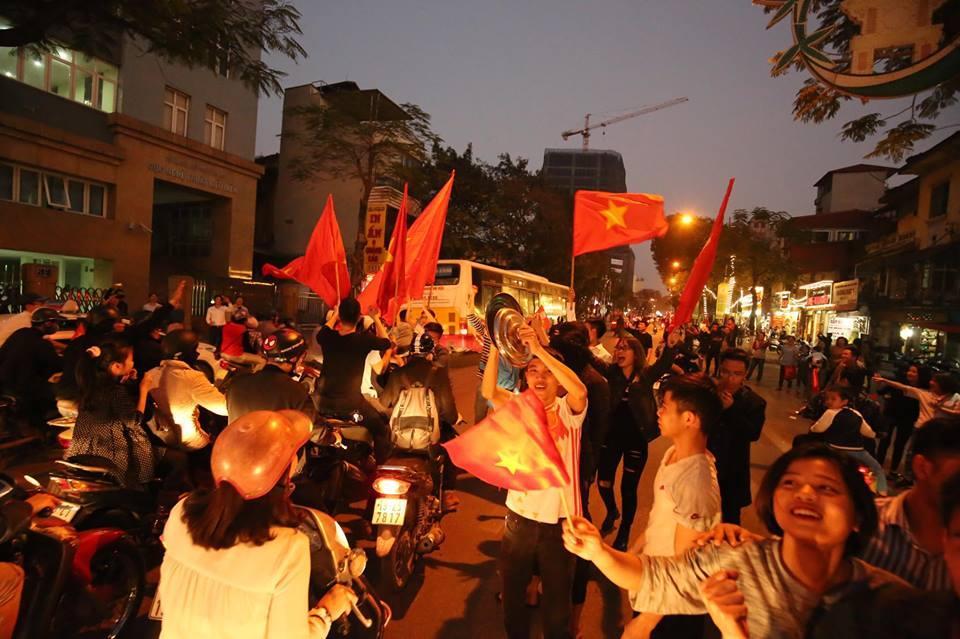 Người hâm mộ Việt đổ về Hồ Gươm, các tuyến phố xung quanh tắc nghẽn-3