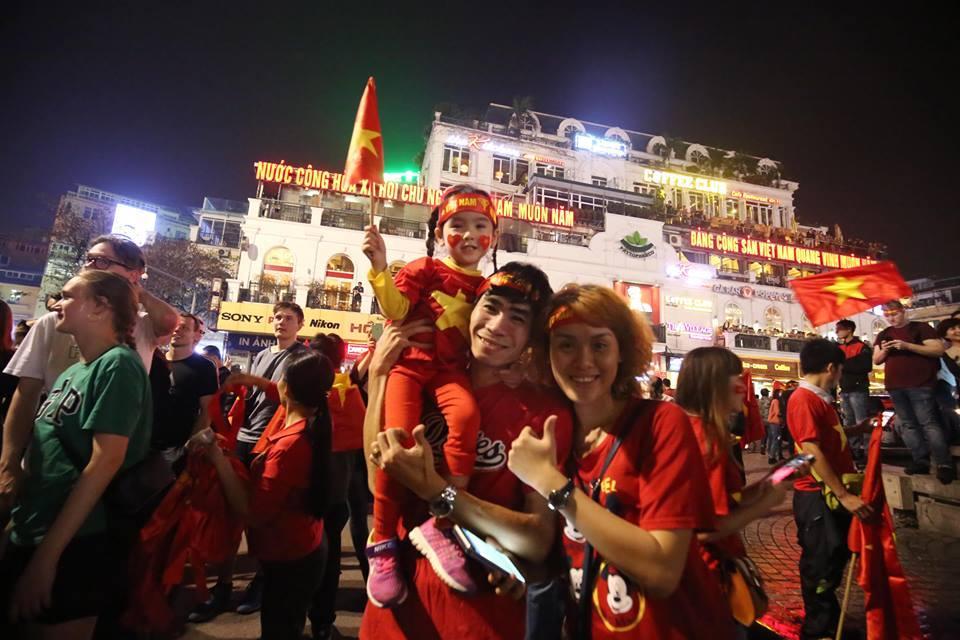 Người hâm mộ Việt đổ về Hồ Gươm, các tuyến phố xung quanh tắc nghẽn-5
