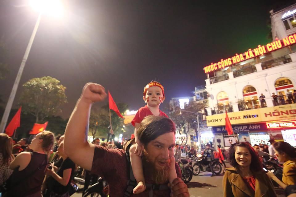 Người hâm mộ Việt đổ về Hồ Gươm, các tuyến phố xung quanh tắc nghẽn-6