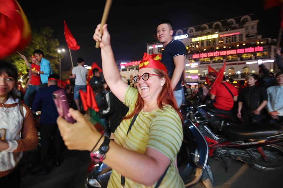 Người hâm mộ Việt đổ về Hồ Gươm, các tuyến phố xung quanh tắc nghẽn-7