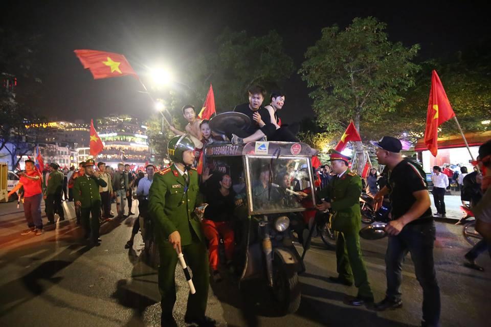 Người hâm mộ Việt đổ về Hồ Gươm, các tuyến phố xung quanh tắc nghẽn-8
