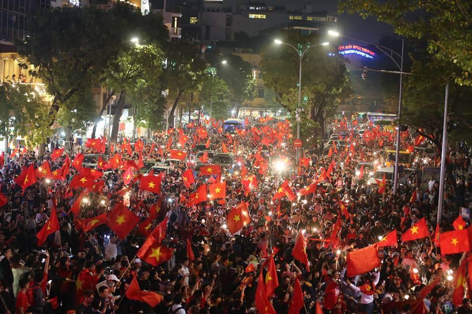 Người hâm mộ Việt đổ về Hồ Gươm, các tuyến phố xung quanh tắc nghẽn-1