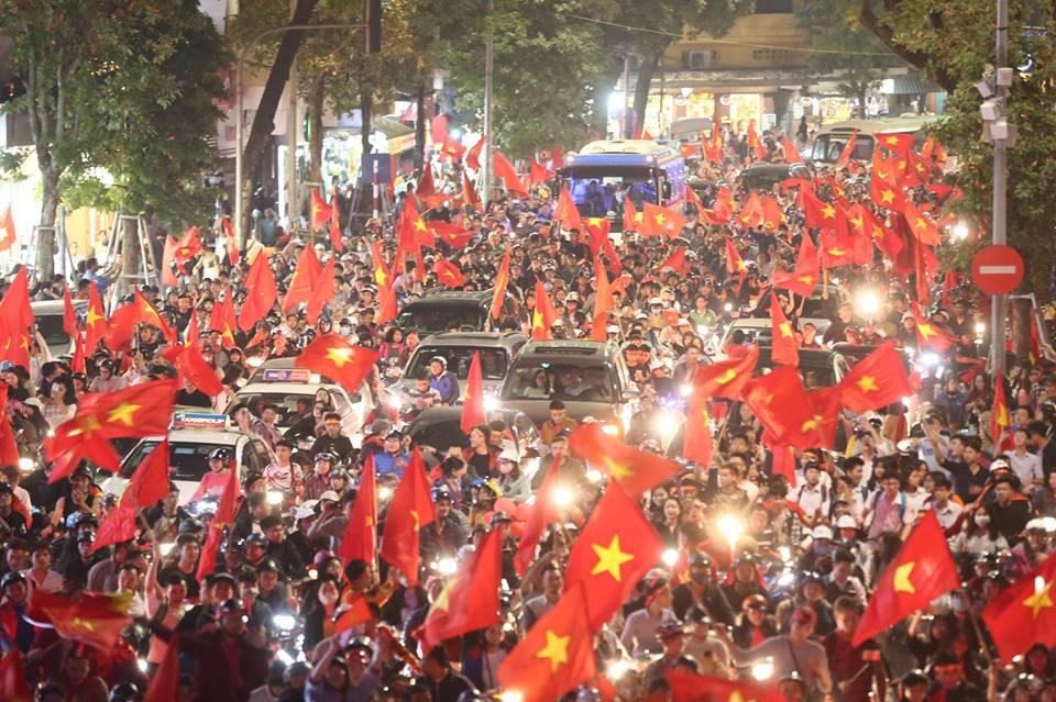 Người hâm mộ Việt đổ về Hồ Gươm, các tuyến phố xung quanh tắc nghẽn-2