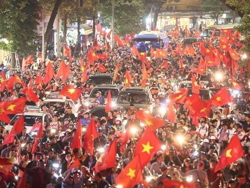 Người hâm mộ Việt đổ về Hồ Gươm, các tuyến phố xung quanh tắc nghẽn