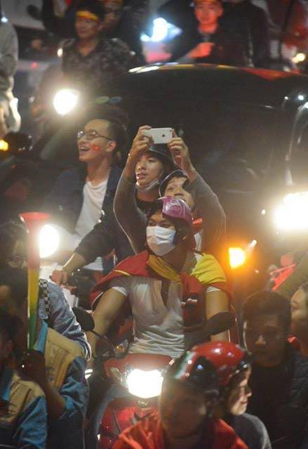 Người hâm mộ Việt đổ về Hồ Gươm, các tuyến phố xung quanh tắc nghẽn-10