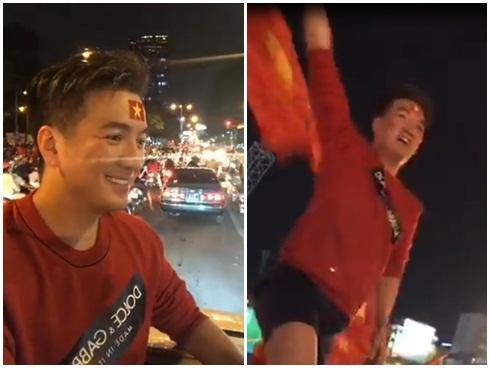 Đàm Vĩnh Hưng mặc quần short, nhảy lên nóc xe ăn mừng chiến thắng của U23 Việt Nam