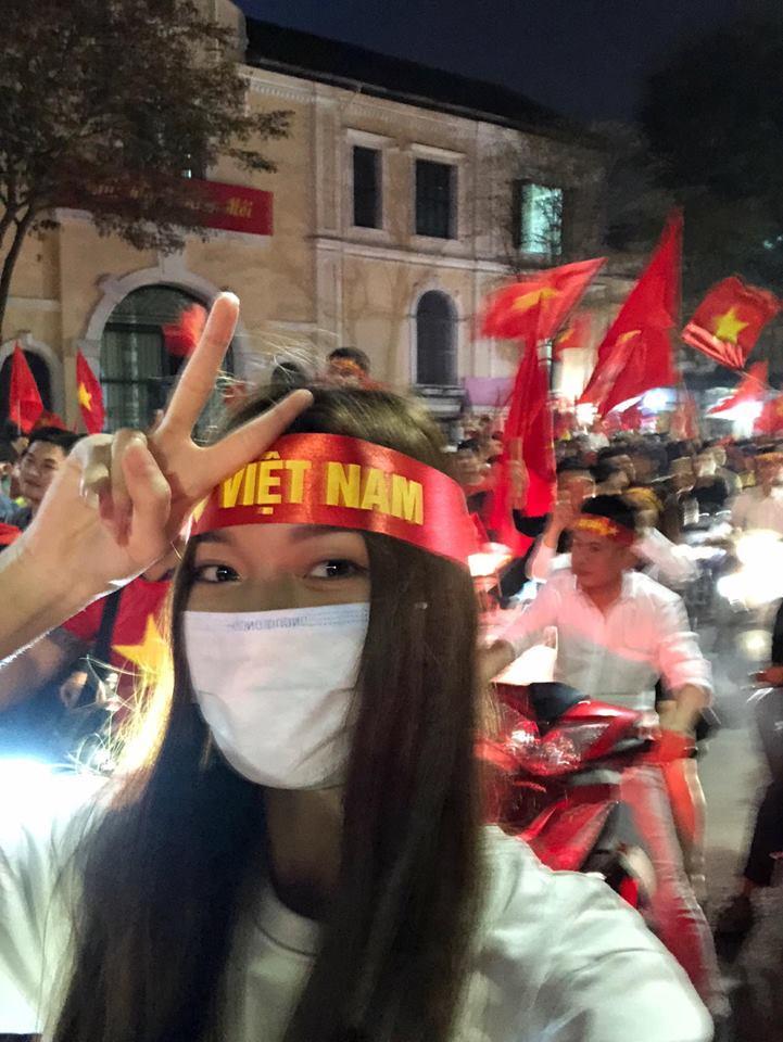 Đàm Vĩnh Hưng mặc quần short, nhảy lên nóc xe ăn mừng chiến thắng của U23 Việt Nam-10