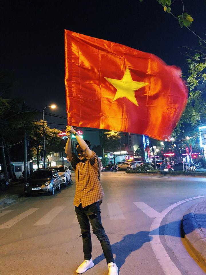 Đàm Vĩnh Hưng mặc quần short, nhảy lên nóc xe ăn mừng chiến thắng của U23 Việt Nam-8