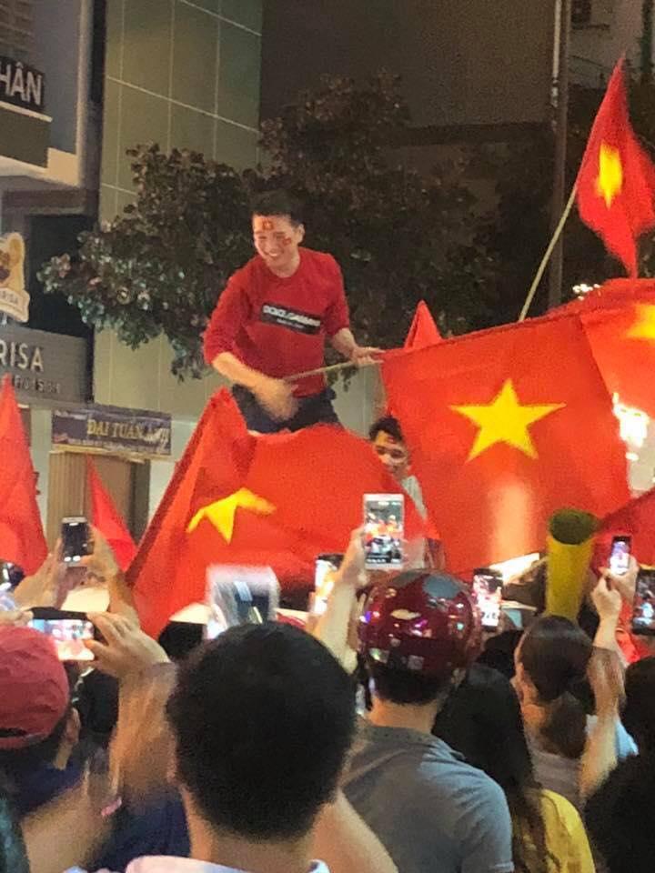 Đàm Vĩnh Hưng mặc quần short, nhảy lên nóc xe ăn mừng chiến thắng của U23 Việt Nam-4