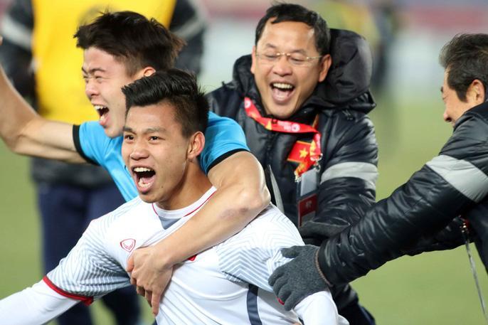 Bão trắng đêm cùng đội tuyển U23: Cờ đỏ sao vàng rợp trời Bắc - Trung - Nam-1
