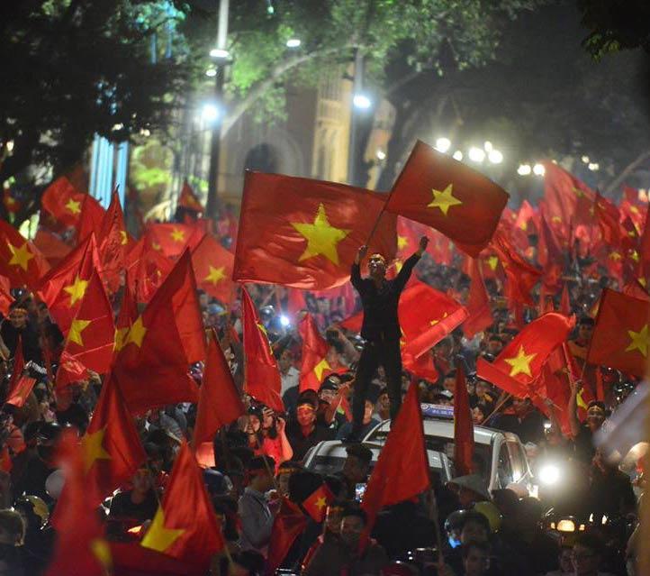 Đặc sản đường phố sau trận cầu kinh điển Việt Nam - Qatar: không có gì ngoài cờ đỏ sao vàng-3