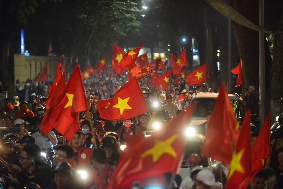 Đặc sản đường phố sau trận cầu kinh điển Việt Nam - Qatar: không có gì ngoài cờ đỏ sao vàng-2