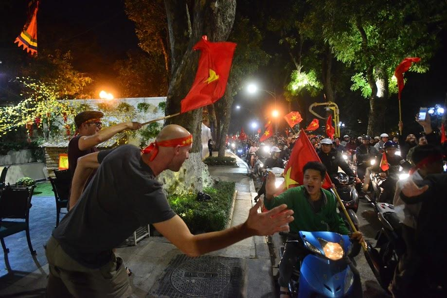 Đặc sản đường phố sau trận cầu kinh điển Việt Nam - Qatar: không có gì ngoài cờ đỏ sao vàng-7