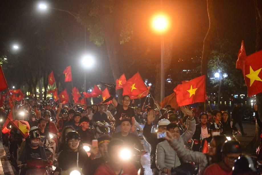 Đặc sản đường phố sau trận cầu kinh điển Việt Nam - Qatar: không có gì ngoài cờ đỏ sao vàng-4