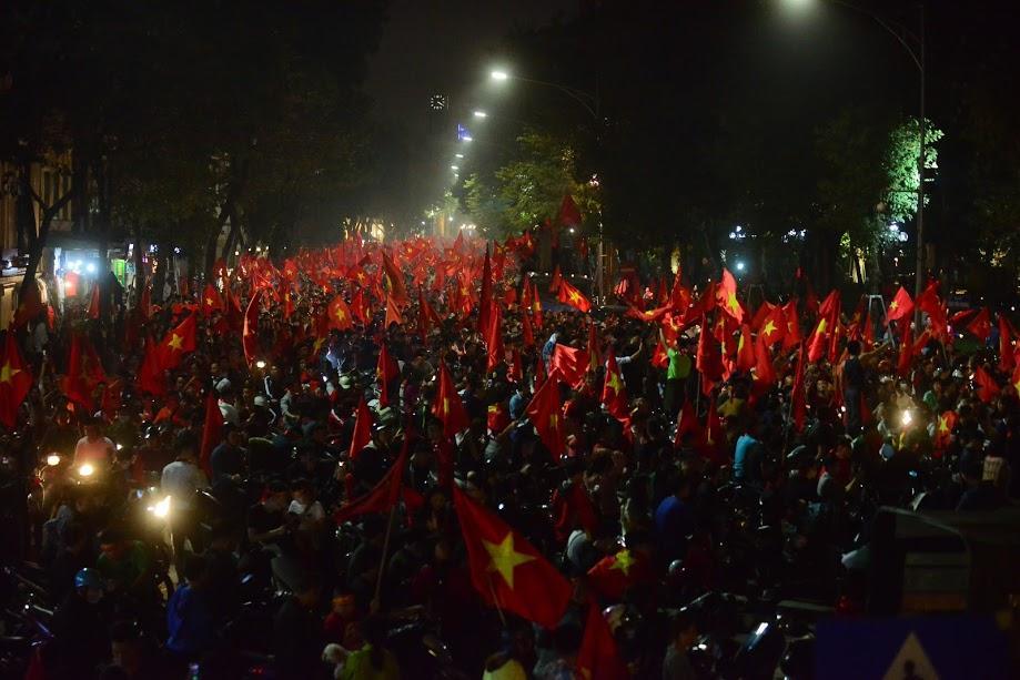 Đặc sản đường phố sau trận cầu kinh điển Việt Nam - Qatar: không có gì ngoài cờ đỏ sao vàng-9