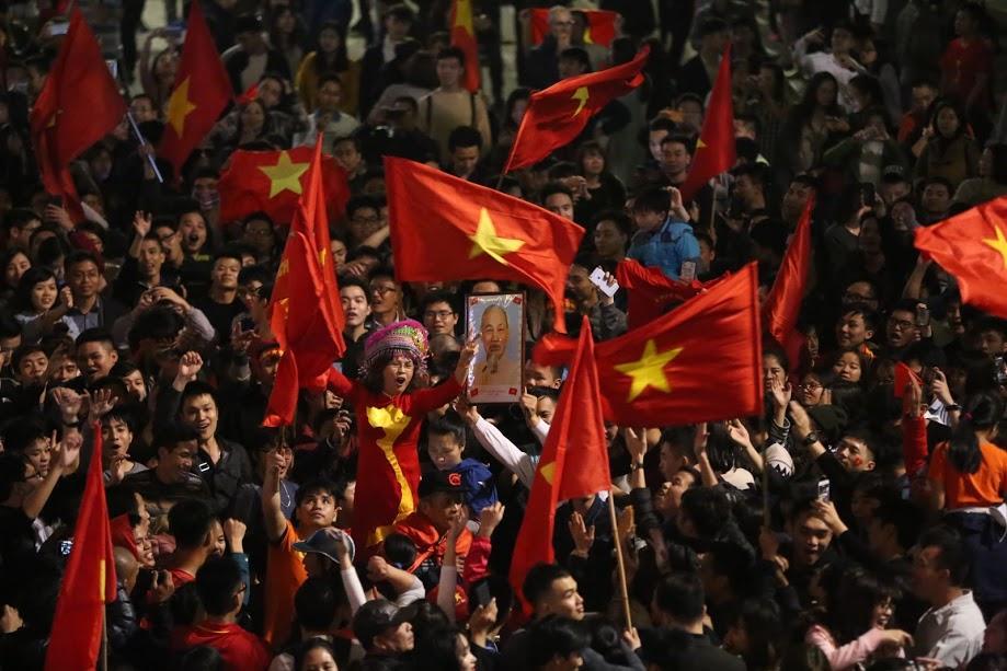 Đặc sản đường phố sau trận cầu kinh điển Việt Nam - Qatar: không có gì ngoài cờ đỏ sao vàng-10