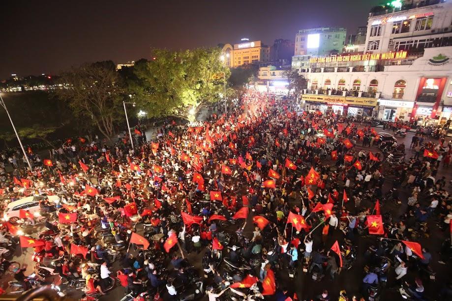 Đặc sản đường phố sau trận cầu kinh điển Việt Nam - Qatar: không có gì ngoài cờ đỏ sao vàng-1