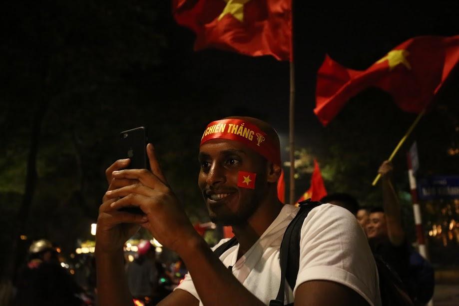 Đặc sản đường phố sau trận cầu kinh điển Việt Nam - Qatar: không có gì ngoài cờ đỏ sao vàng-8