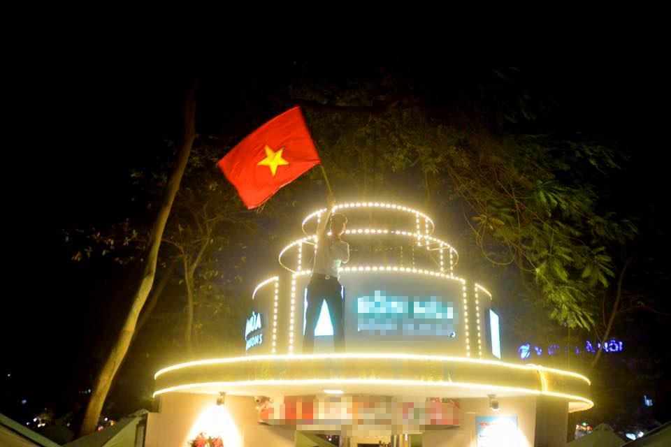Đặc sản đường phố sau trận cầu kinh điển Việt Nam - Qatar: không có gì ngoài cờ đỏ sao vàng-6