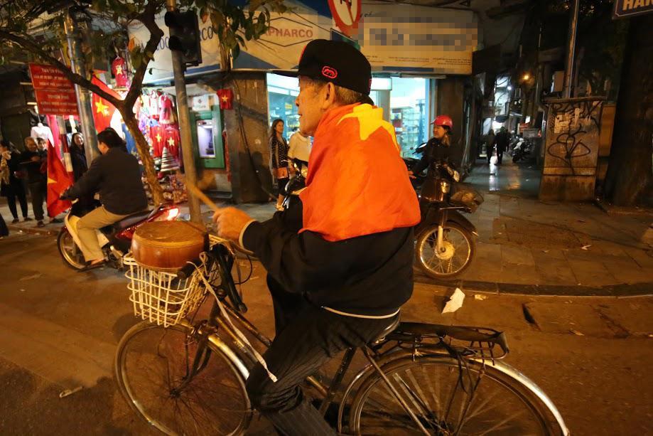 Đặc sản đường phố sau trận cầu kinh điển Việt Nam - Qatar: không có gì ngoài cờ đỏ sao vàng-5