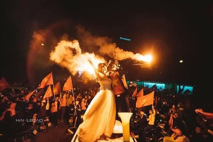 Chất như nước cất bộ ảnh cưới chụp giữa tiếng reo hò của ngàn người trước chiến thắng U23 Việt Nam-1