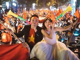 'Chất như nước cất' bộ ảnh cưới chụp giữa tiếng reo hò của ngàn người trước chiến thắng U23 Việt Nam
